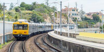 Gele trein in Cascais, Portugal